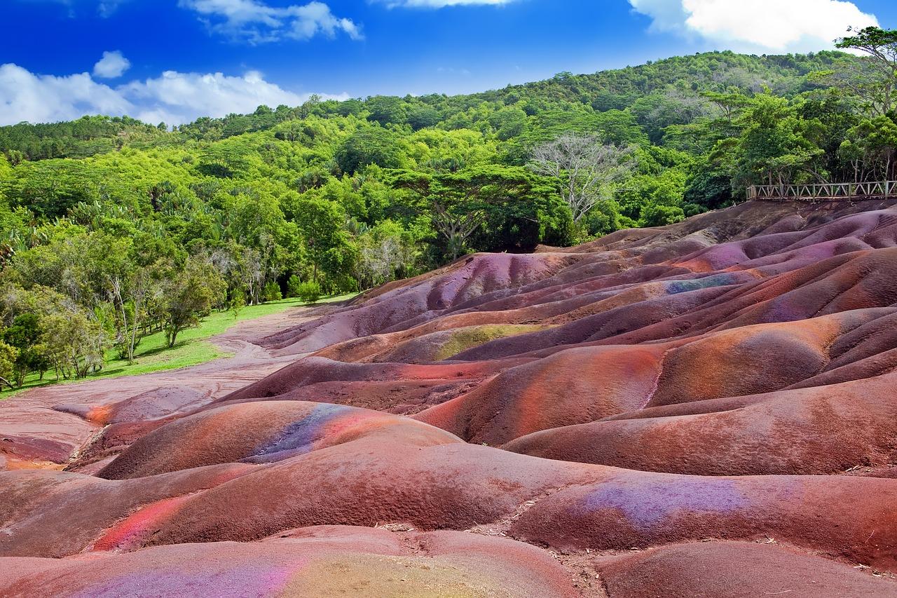 bild på jord med röd, lila, orangea färger
