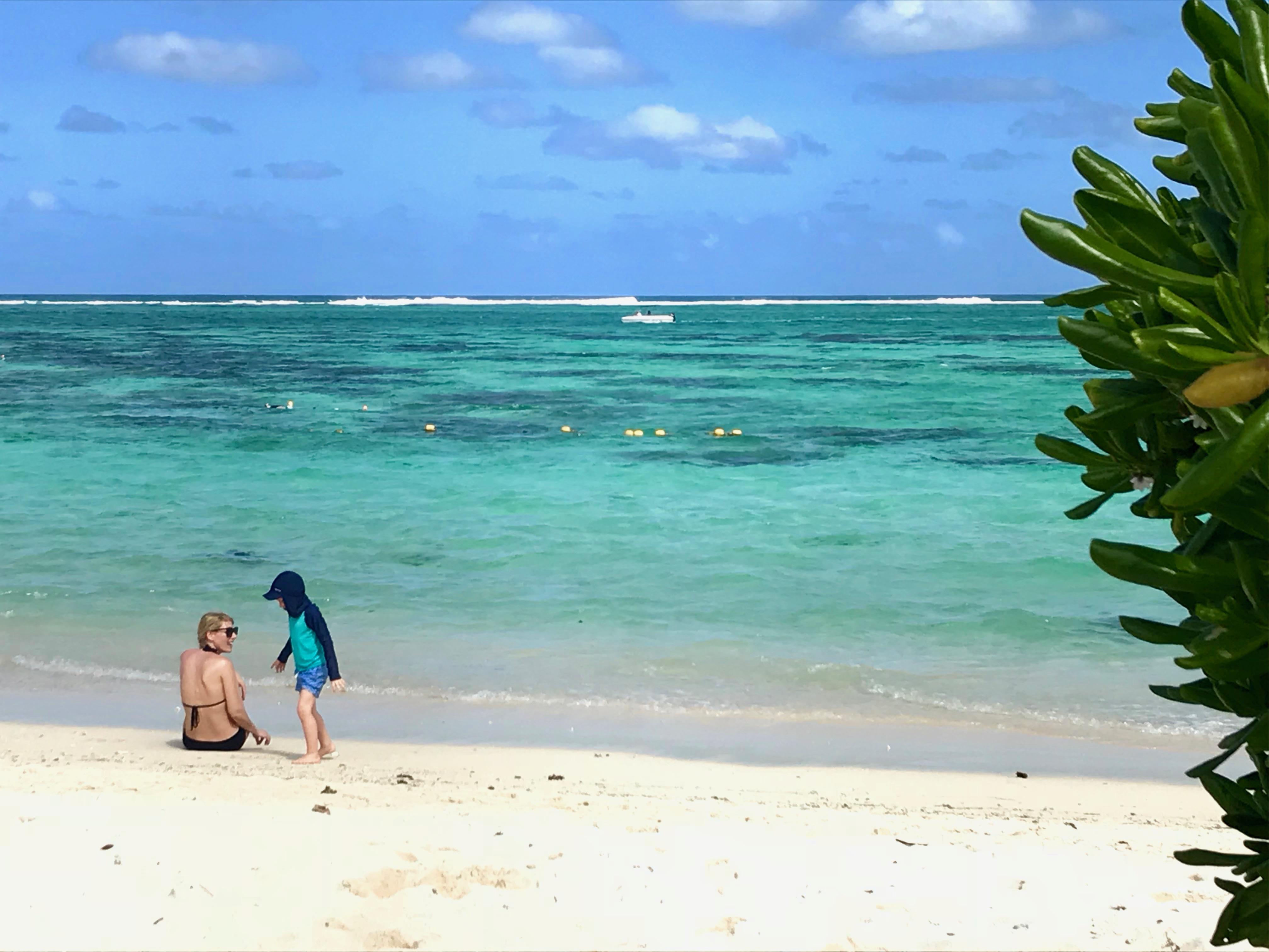 barn på stranden i Mauritius