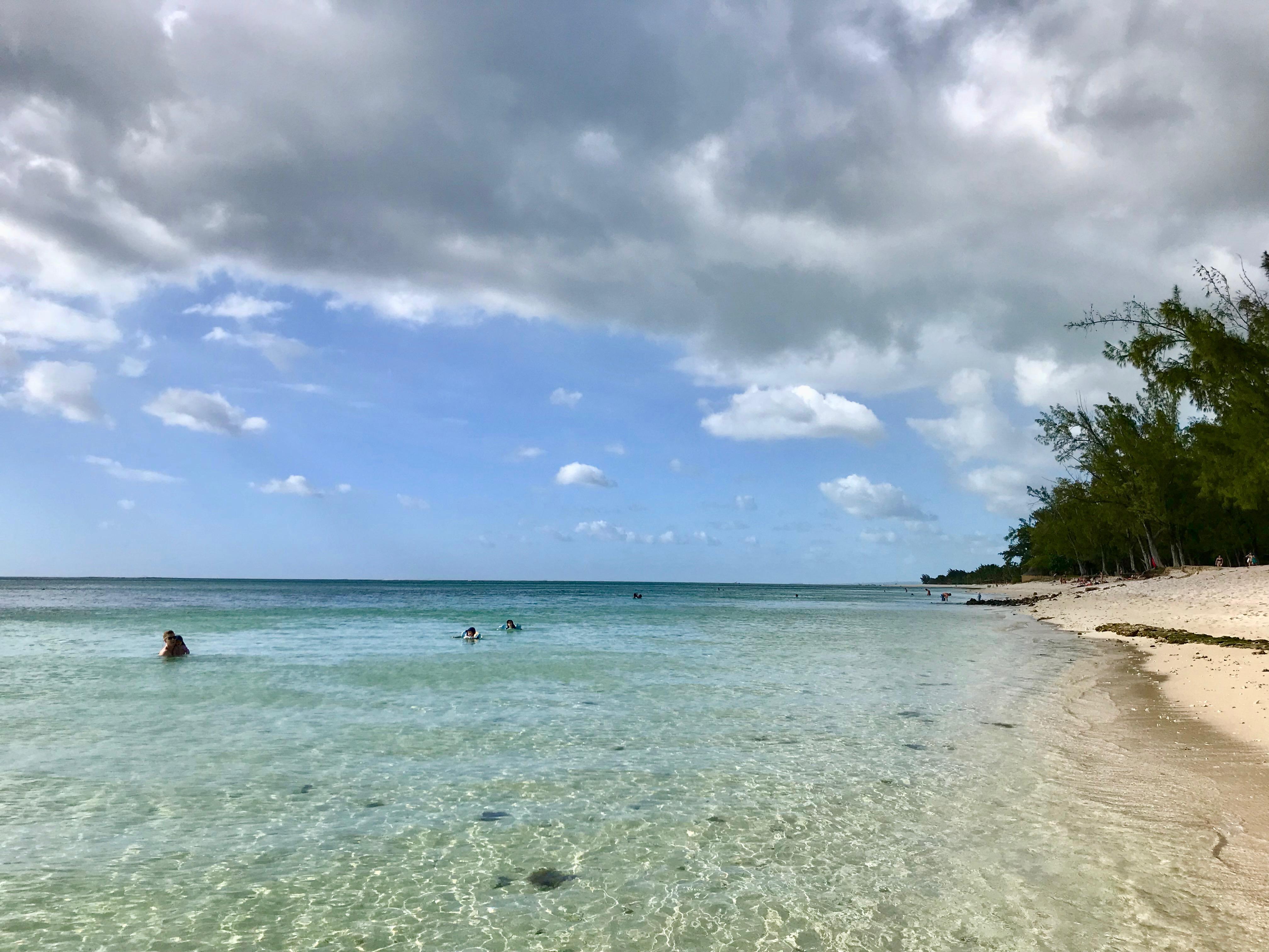 strand på Mauritius med barn
