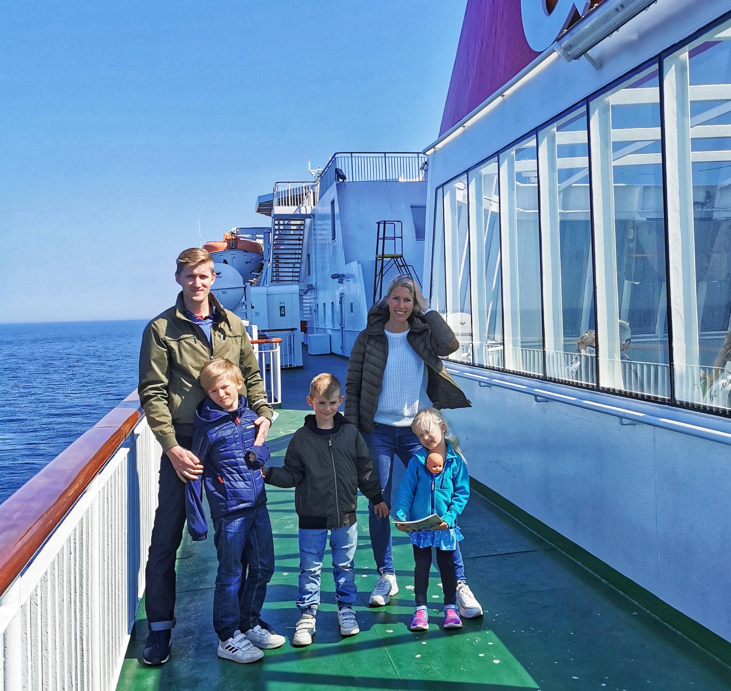 Familj på färjan till Gotland
